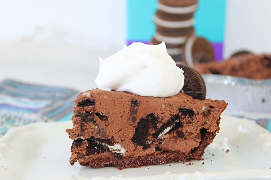 No Bake Chocolate Cream Pie {Gluten Free} - The Gluten Free Gathering - Delicious, easy, and simple to make. This is a must have recipe for those times when dessert needs to be easy. #glutenfree #glutenfreedessert #glutenfreepie #chocolatecreampie #cookiesandceam